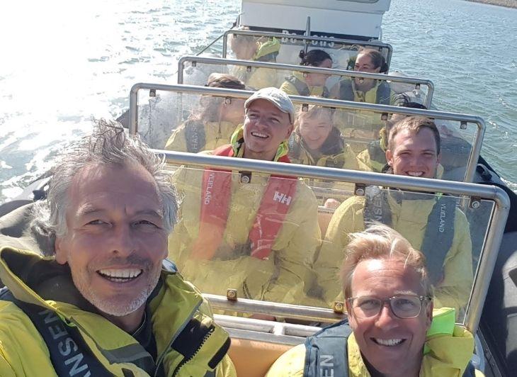 Vacature Reisbegeleiding - reisleider met groep in de boot - Waddenhop.com
