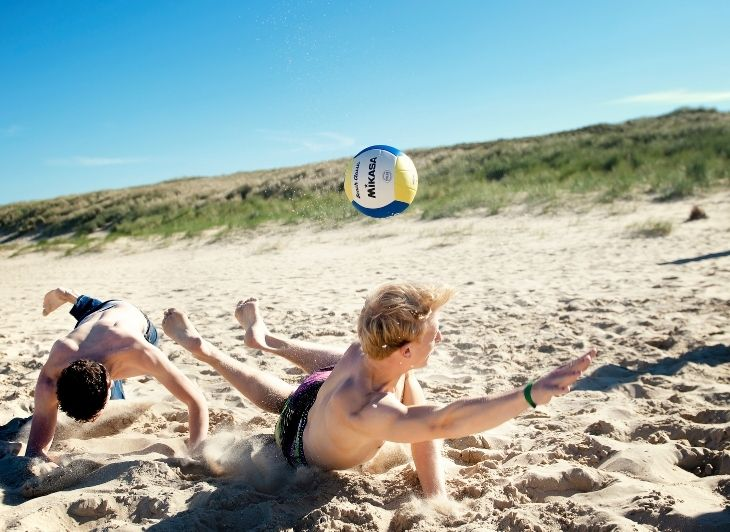 Vacature Reisbegeleiding - volleyball op het strand