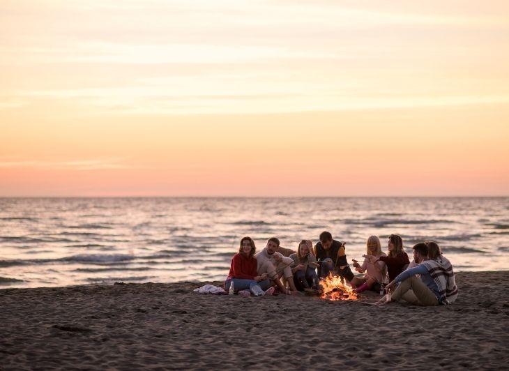 Vacature reisbegeleiding - groep op het strand - Waddenhop